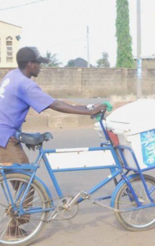 Adom-Ba pedalava por horas para vender iogurtes e juntar dinheiro para sua faculdade. - Foto: UGC
