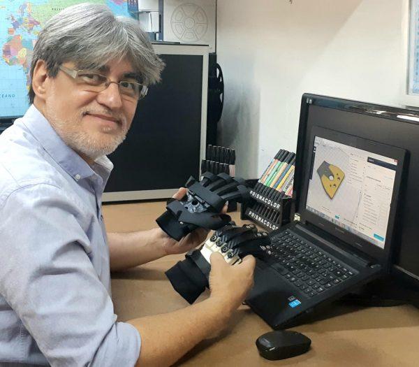 Designer produzirá 20 luvas para pessoas carentes com deficiências - Foto: arquivo pessoal