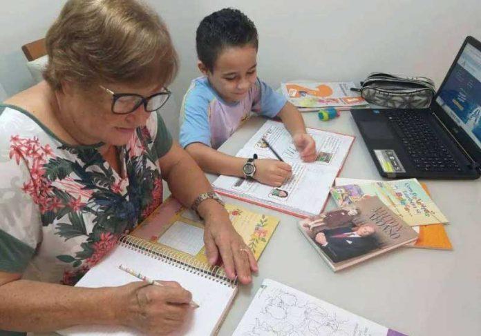 Avó aprende a ler com aulas online do 1º ano do ensino fundamental - Foto: reprodução eLimeira