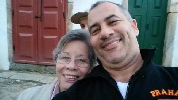 Dona Wanda e o filho que usava o perfume - Foto: reprodução Twitter / DCM