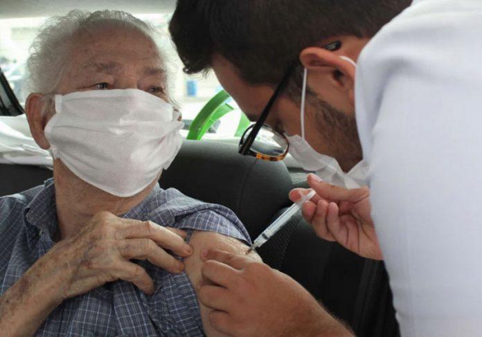 Idoso sendo vacinado em SP - Foto: João Gabriel Alves / Estadão Conteudo / Photopress