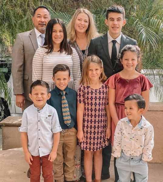 Os pais com os 7 irmãos que adotaram - Foto: reprodução / Instagram
