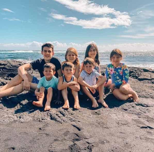 Os 7 irmãos órfãos adotados pelo casal - Foto: reprodução / Instagram