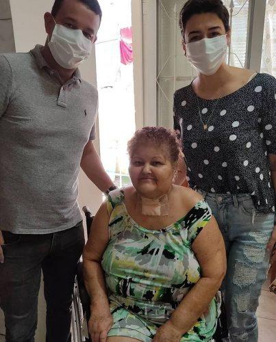 A aposentada Maria José de Souza com o médico Breno Casari e a dentista Raquel Trevisi - Foto: Divulgação