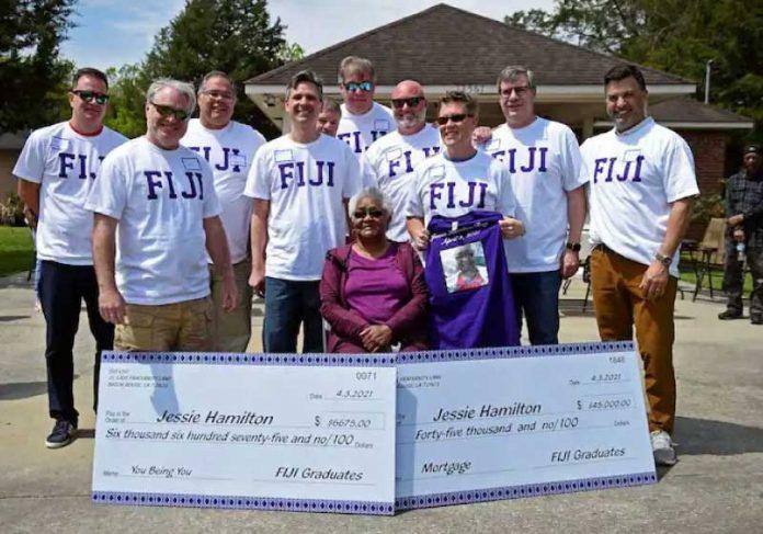 Ex-alunos pagam financiamento de casa da ex-cozinheira da fraternidade e a presentearam no dia do aniversário de 74 anos. - Foto: Hilary Scheinuk