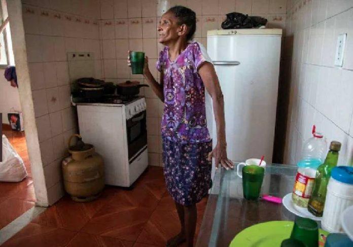 Dona Sônia recebe ajuda contra fome - Foto: Aline Massuca / Metrópoles