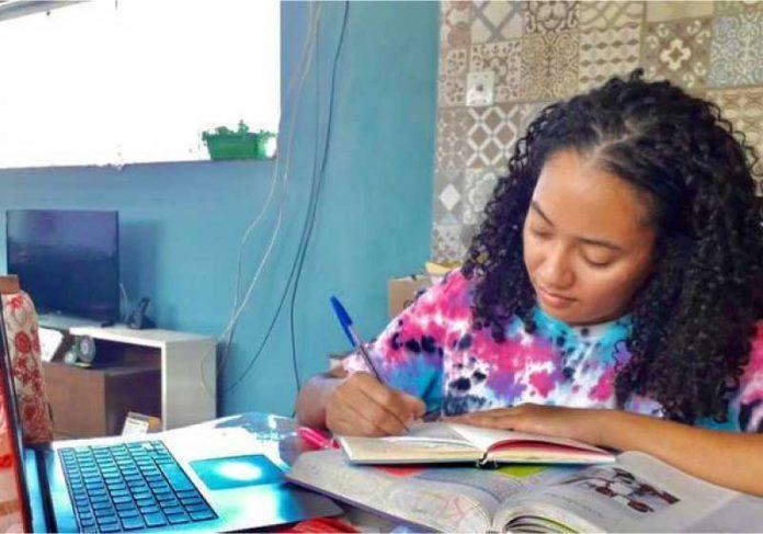 Jéssica Ferraz, estudando com o notebook que ela comprou com a bolsa de pesquisa científica remunerada pela UMC - Foto: arquivo pessoal