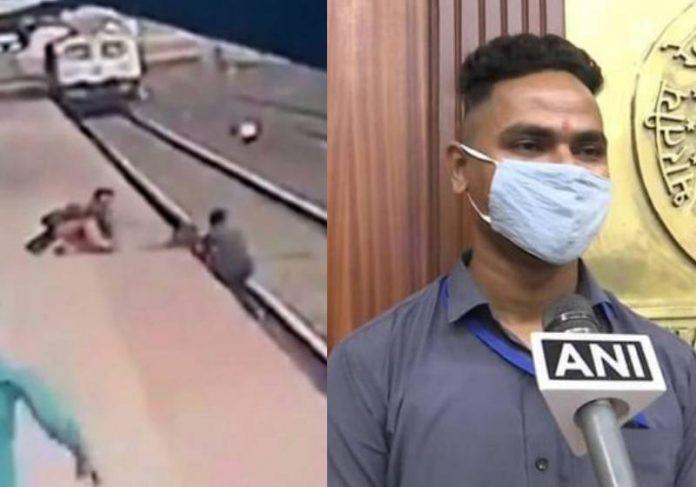 Mayur Shelkhe divide recompensa com menino que salvou na linha do trem - reprodução / Instagram @railminindia e TGN