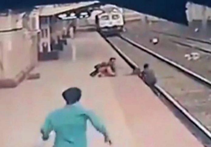 Homem salvando criança que caiu nos trilhos - Foto: reprodução / Instagram @railminindia