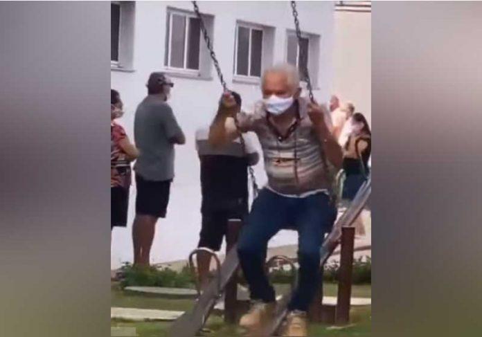 O idoso aproveitou o balanço enquanto esperava pela vacina contra a covid-19, em Fortaleza - Foto: reprodução