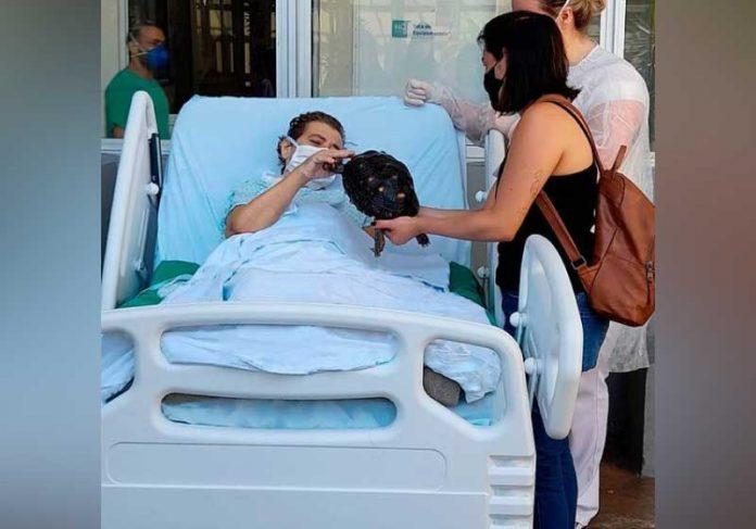 Dona Maria melhorou após a visita de jabuti de estimação - Foto: Fundação São Francisco Xavier