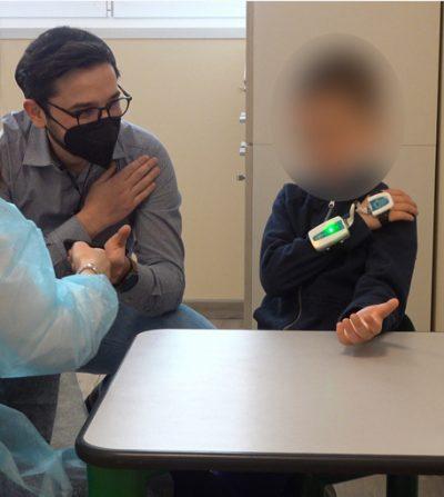 Pesquisador e paciente usando a luva eletrônica - Foto: reprodução / Ansa.it
