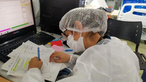 Larissa, durante o plantão no hospital. - Foto: Ísis Capistrano