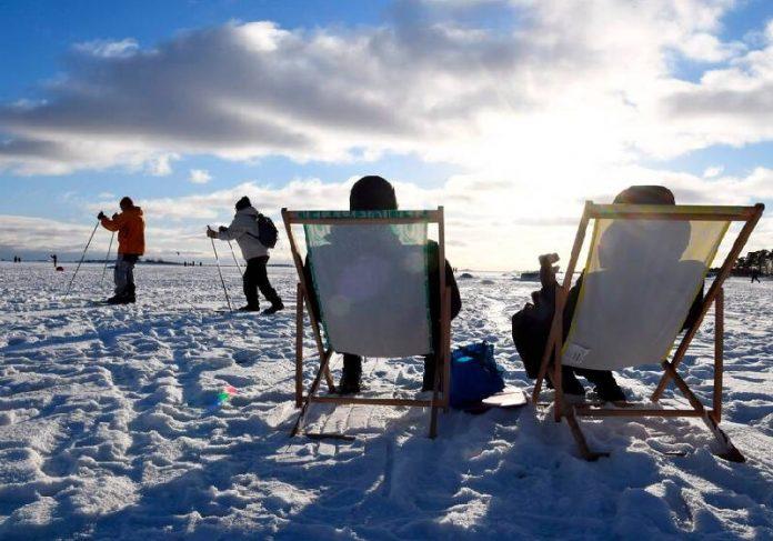 Pessoas pegando sol em Helsinque, Finlândia, o pais mais feliz do mundo - Foto: Jussi Nukari / Lehtikuva / AP