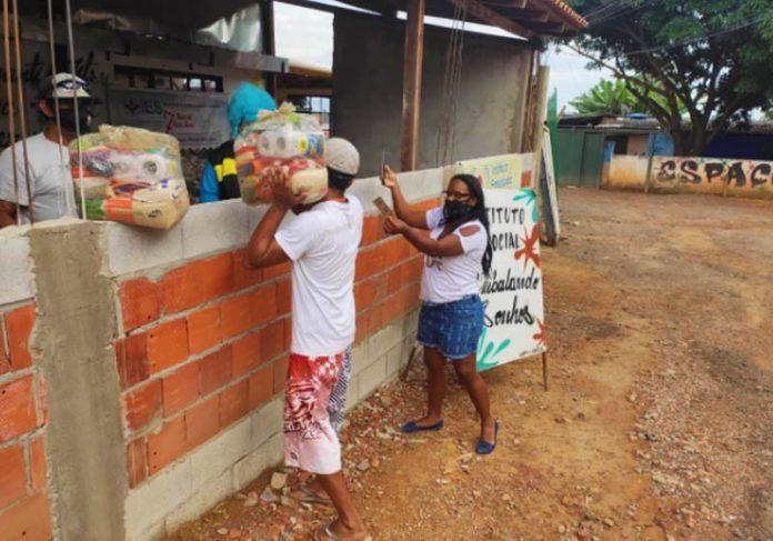 Palhaço Psiu distribuindo cestas básicas no DF - Foto: arquivo pessoal
