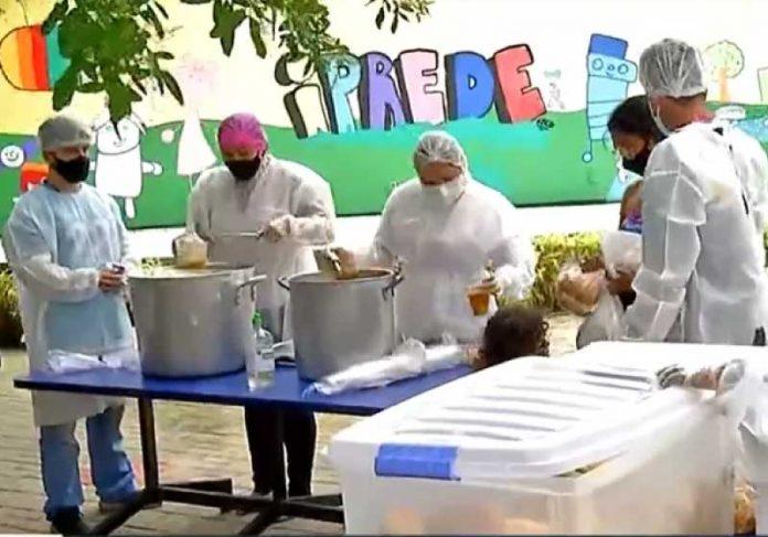 O projeto Prato Cheio doa refeições com itens reaproveitados de supermercados e da Ceasa, em Fortaleza. - Foto: divulgação