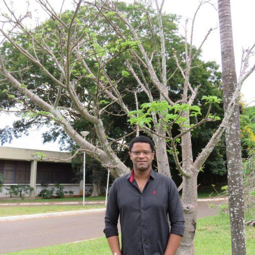 Professor André Lúcio ao lado de um baobá jovem em Brasília - Foto: arquivo pessoal