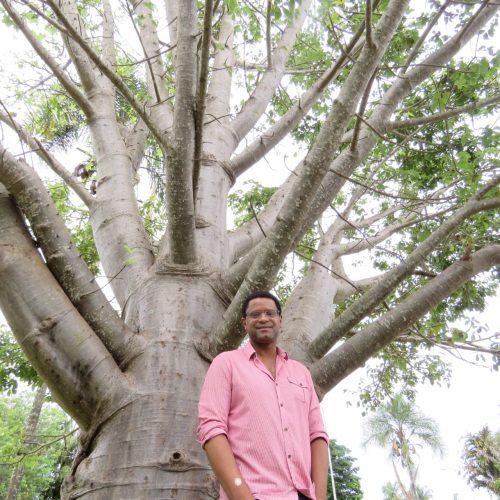 Professor André Lúcio ao lado de baobá gigante em Brasília - Foto: arquivo pessoal