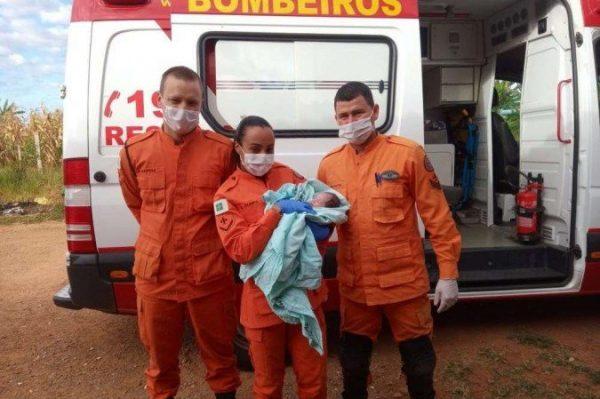 Bebê recebendo primeiros socorros - Foto: divulgação / CBMDF