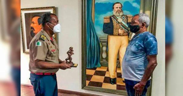 Sargento recebendo a homenagem - Foto: divulgação / CBMDF