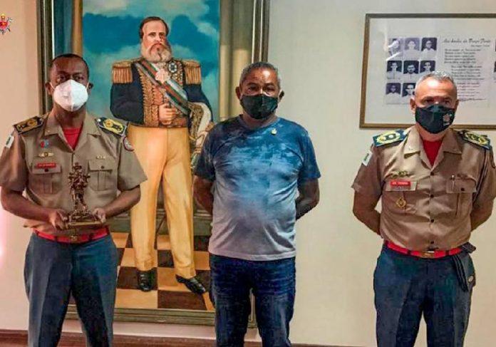 Sargento Marques (ao centro) recebe homenagem dos Bombeiros - Foto: divulgação CBMDF