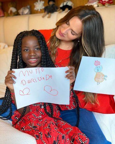 Titi e o desenho dela para a campanha. - Foto: Danoninho