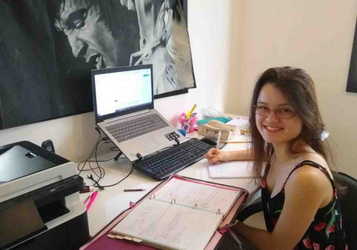 Elisa estuda em casa Foto: Arquivo Pessoal