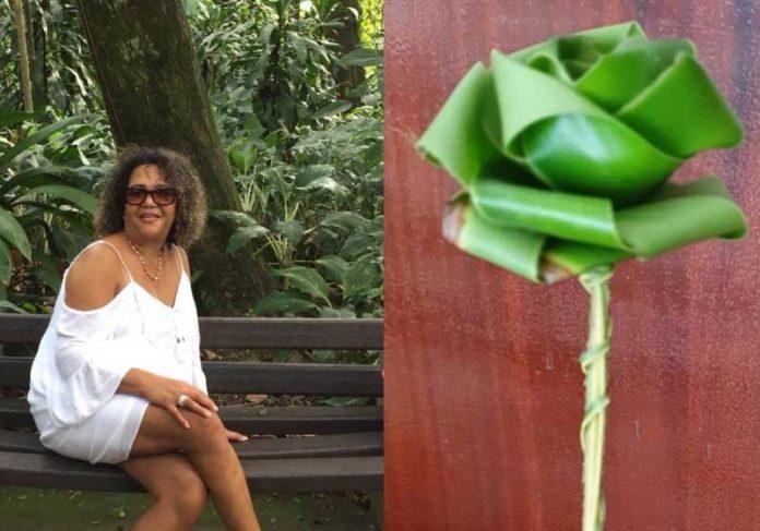Morador de rua entrega rosa para professora em Guarujá. - Foto: reprodução Facebook Marlidarci Rosaria