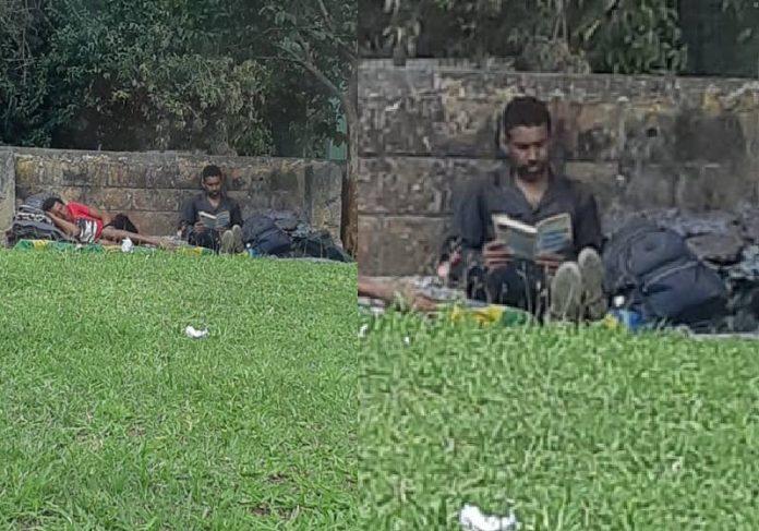 Morador em situação de rua lendo livro em SP - Foto: Andréia Brandão