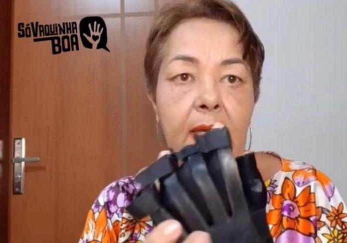 Dona Jaldir diz que a luva biônica reduziu dores no braço após o AVC - Foto: reprodução / Youtube / Só Vaquinha Boa