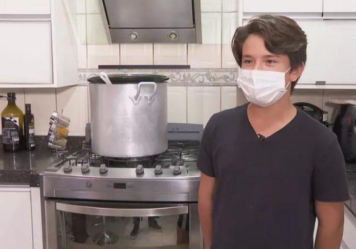 Ramon faz mais de 400 marmitas para sem-teto por dia. - Foto: reprodução CNN