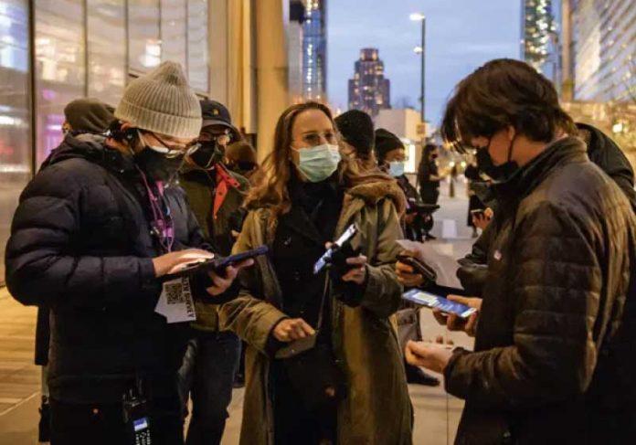 Vacinados estão liberados do uso de máscaras em ambientes de pouca circulação de pessoas. - Foto: Angela Weiss/AFP