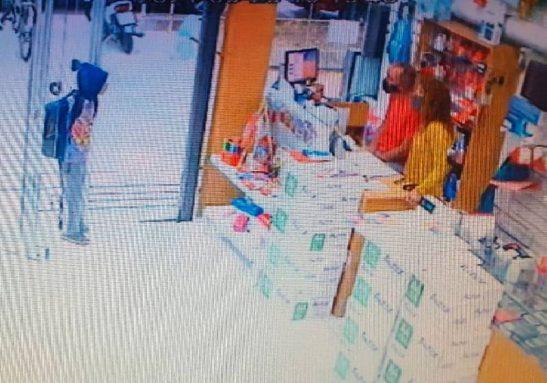 Menino entrando na livraria e pedindo ajuda para estudar - Foto: reprodução / Facebook