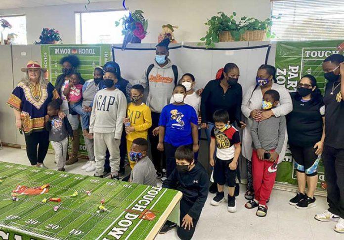 A festa para crianças do abrigo teve direito a pizza e muitas fotos com o ídolo. - Foto: reprodução