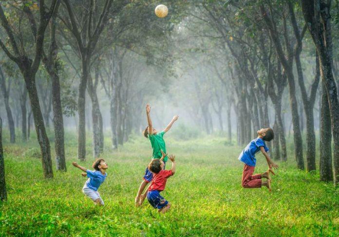 Estudo mostra que crianças que convivem com a natureza têm menor chance de desenvolver TDAH. - Foto: Robert Collins/Unsplash
