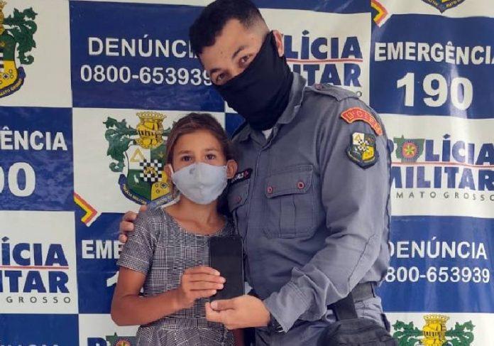 Um dos PMs da vaquinha entrega celular para Maria Eduarda - Foto: divulgação / PMMT