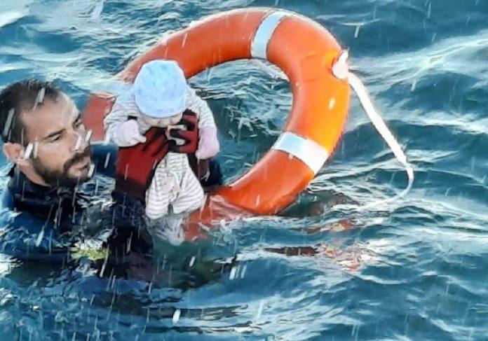Guarda espanhol resgata bebê no mar - Foto: Guardia Civil/Reprodução