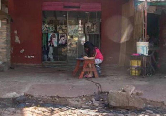 Criança estudando com sinal de Wi-Fi do salão - Foto: reprodução / ElPopular