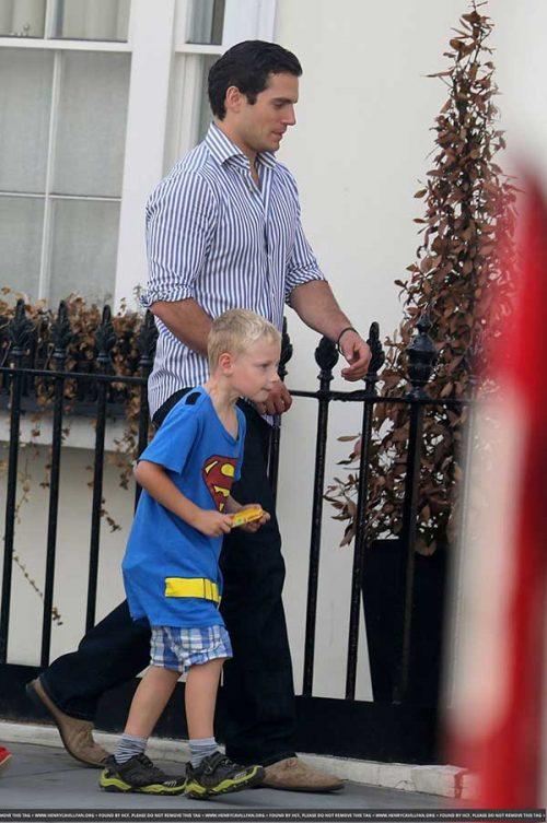 Henry Cavill de mãos dadas com o sobrinho vestido de Superman - Foto: reprodução / TechArt
