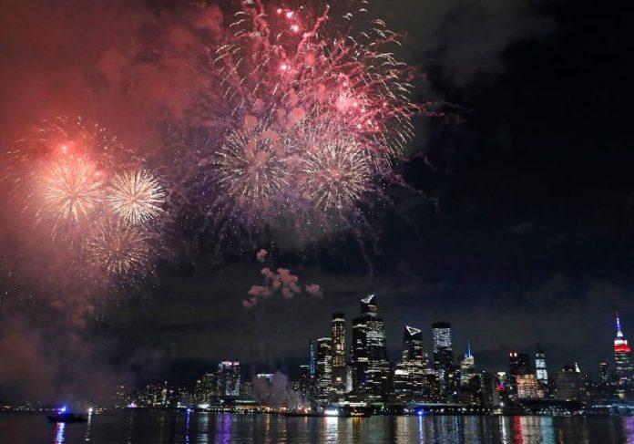 Nova York celebra vacinação de 70% da população com fogos de artifício - Foto: AP/ NYPost
