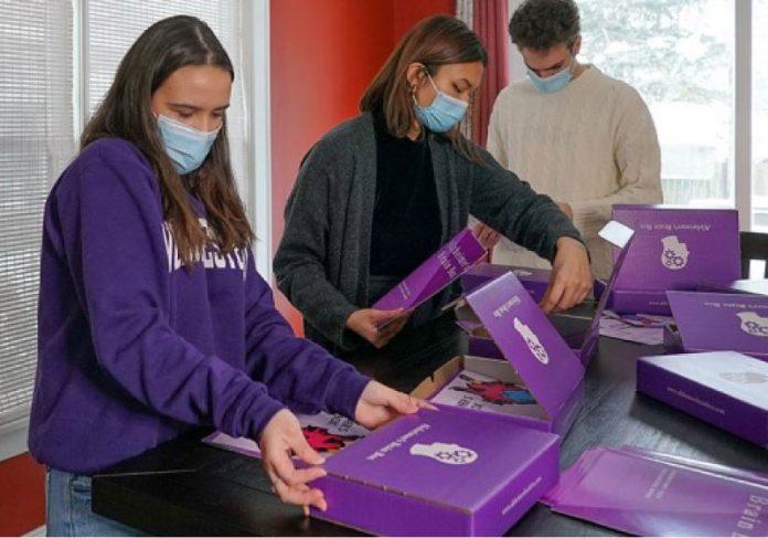 Os kits de cuidados especiais para pessoas com Alzheimer inclui livro de colorir, quebra-cabeça e óleos essenciais. - Foto: divulgação
