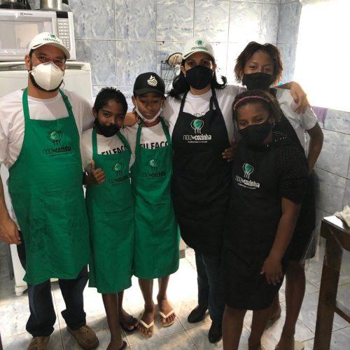 Chefs com as crianças da comunidade - Foto: divulgação