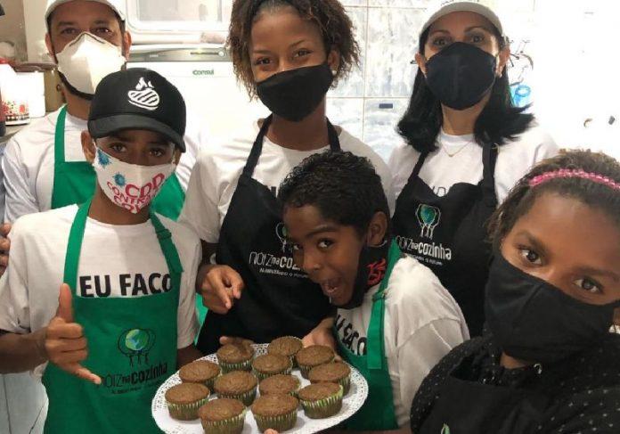 Crianças da Cidade de Deus e o cupcakes que aprenderam a fazer - Foto: divulgação