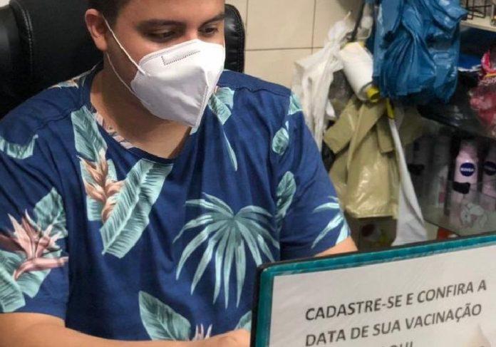 O comerciante Ygor de Castro ajuda idosos depois de perder duas tias para a Covid-19 - Foto: arquivo pessoal