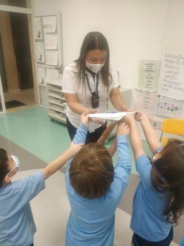 Entrega cartão para professora - Foto: divulgação