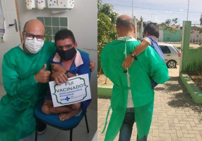 O enfermeiro Elionaldo Venâncio vacina e leva no colo paciente com deficiência na PB - Fotos: @SecSaudeCG