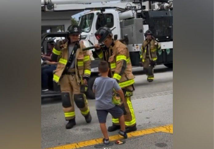 O garoto dá doces para bombeiros que estão no resgate às vítimas de desabamento em Miami. - Foto: reprodução Instagram @laurengpastrana