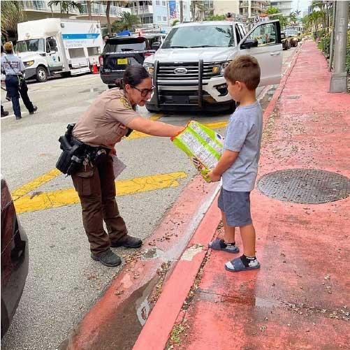 David também entregou doces para policiais - Foto: reprodução Instagram @laurengpastrana