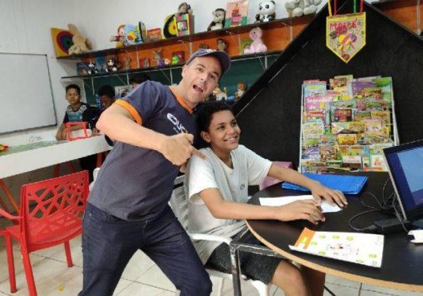 Luiz Henrique com o professor Fábio Carmo em maio/2021- Foto: divulgação / Educ360º