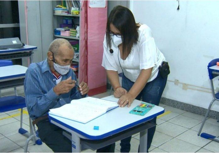 Idoso volta à sala de aula. - Foto: reprodução TV Gazeta
